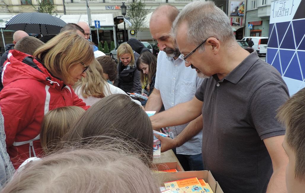 Mieczysław Szczurek rozdaje zeszyty i edukuje z pierwszej pomocy
